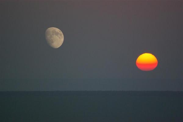 «Lampe» et «Lumière» : métaphores parfaites du soleil et de la lune dans le Coran