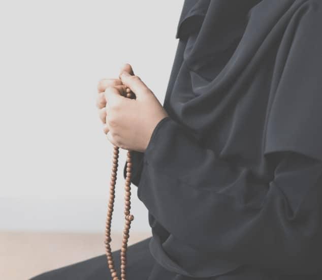 Femme évoquant Allah (dhikr) - islam