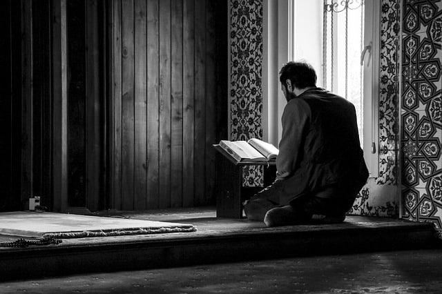 Homme lisant du Coran