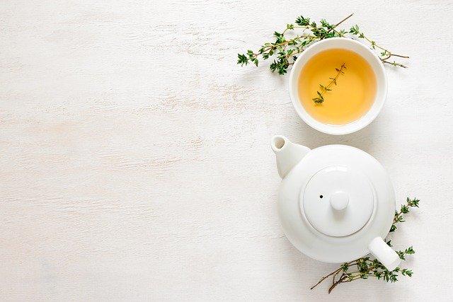 Thé vert avec tasse et thym